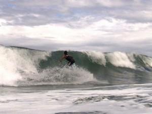 Andrés Wurst surfeando en Perú